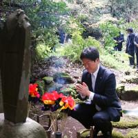 瑞泉寺 青木誠 理事長 久米正雄先生の墓前にて