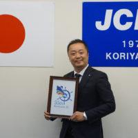 菅野貴実行委員長と55周年記念式典シンボルマーク